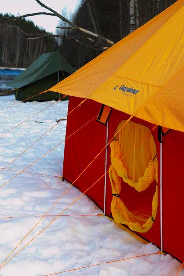 ...однослойная зимняя палатка с дном под спальными местами на 10 человек.